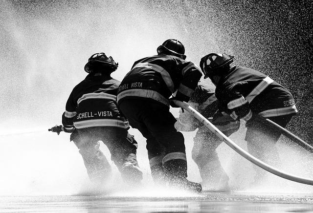 hasiči s hadicemi