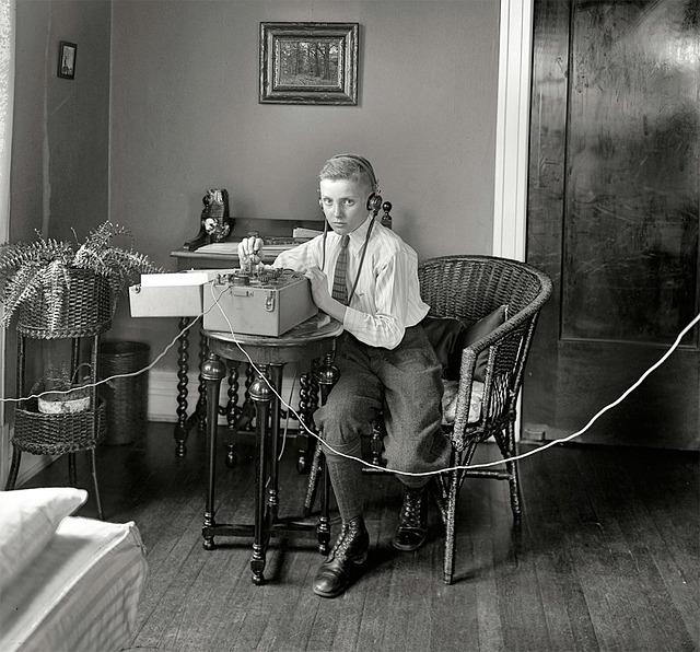 chlapec u telegrafu