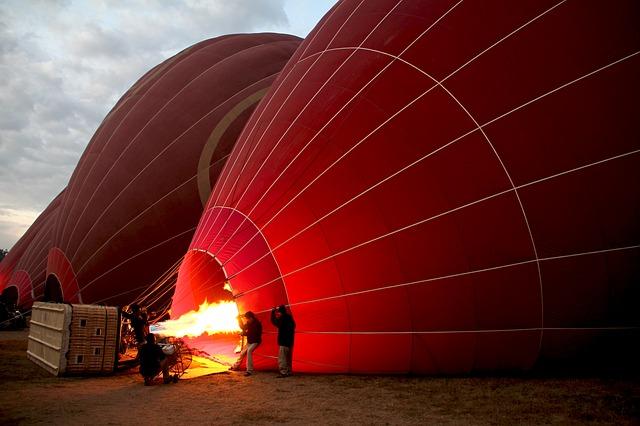 příprava vzletu horkovzdušného balonu