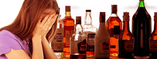 žena a lahve s alkoholem
