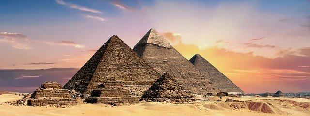 západ Slunce nad pyramidami